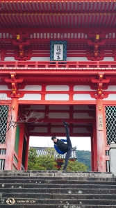 Dancer Teo Yin kicks the ceiling of Kiyomizu-dera's front gate (Niomon 仁王門). Teo says this is his favorite pose because it needs minimal warm-up ... for him. (Photo by Ben Chen)