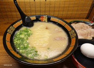 So what are the other performers in Kyoto up to? Let's find out. Dancer Jeff Chuang visits an Ichiran Ramen shop.