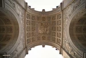 카루셀의 개선문(Arc de Triomphe du Carrousel)을 아래에서 근접 촬영한 모습. 영상기사 애니 리가 얕은 양각문양의 디테일을 사진에 담아봤습니다.