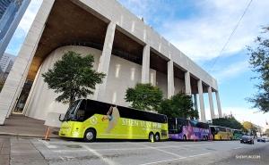 巡演期間,神韻世界藝術團和神韻北美藝術團在新年之時碰面了,休斯敦瓊斯演藝中心前的神韻巴士成為城市的一道亮麗的風景。