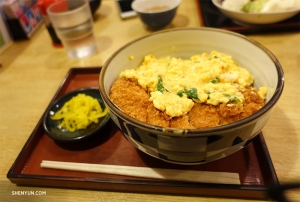 Lunchtime! Scrumptious katsudon—deep-fried pork cutlet with egg. (Photo by dancer Shawn Ren)