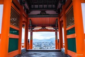 기요미즈데라사(清水寺) 꼭대기에서 바라본 교토. (Photo by Michelle Wu)