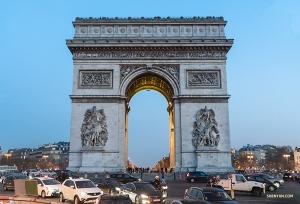 파리의 가장 유명한 기념물 중 하나인 개선문. 프랑스를 위해 싸우다 전사한 인물들을 기리기 위해 건축되었다는군요. 주변을 운전할 땐 조심하세요. 바로 이곳에서 12개의 도로가 사방팔방으로 뻗어나가니까요!