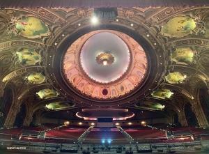 미국 동부 보스턴에서의 개막전야. 무용수 안젤리아 왕이 보흐 센터 왕 극장의 매혹적인 천장벽화를 사진에 담은 모습.