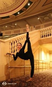 근처 매사추세츠 주 우스터 하노버 극장. 무용수 벨라 판은 워밍업에 제격인 발레바를 발견했군요. (Photo by Principal Dancer Kaidi Wu)