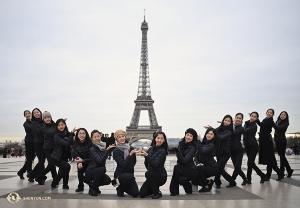 파리 출신 마들린 로부주아(Madeline Lobjois)와 션윈 국제예술단 무용수들. 여러분께 에펠탑을 선물합니다!
