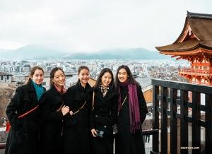 groupes de danseuses vêtus de kimono se bousculent et se rassemblent pour une belle
