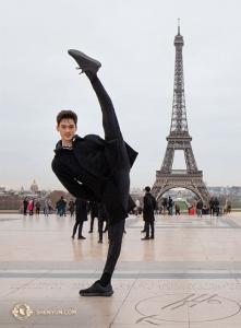 에펠탑은 파리에서 가장 높은 구조물이랍니다. 무용수 피터 저우보다 크다고요! (Photo by Nick Zhao)