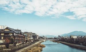 Второй день прогулок по городу танцовщица Мишель У начинает со съёмки вида на реку рядом со станцией Гион в Киото.