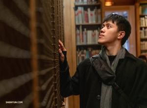 무용 및 오페라 서적으로 가득한 서가를 훑어보는 몬티 모우. 팔레 가르니에 도서박물관에서. (Photo by Andrew Fung)