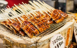 In Kyoto, street vendors offer a variety of grilled meat skewers. (Photo by Michelle Wu)