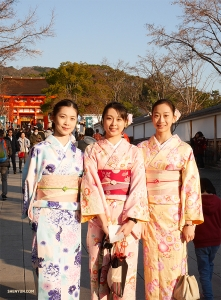 일본인 션윈 무용수 요리야 키쿠카(왼쪽)와 그녀를 따라 돌아다니며 정통 일본을 체험한 친구들.