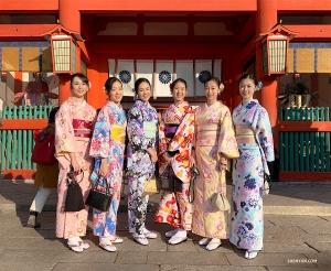 멋진 사람들은 생각도 비슷하다니까요! 기모노를 입은 무용수 두 팀이 우연히 만나 아름답게 단체 사진을 찰칵! (Photo by Lily Wang)