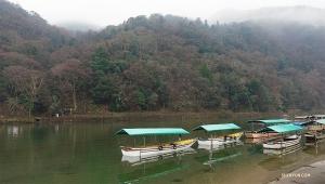Лодки на спокойной реке Ходзу. (Автор фото: танцор Шон Жэнь)