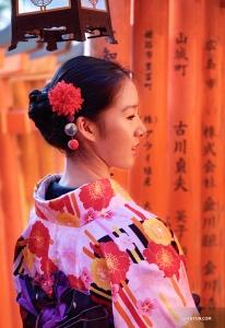 붉은 센본 도리이의 분위기를 느껴보는 무용수 스테파니 궈. (Photo by Lily Wang)