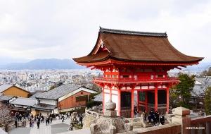 위에서 내려다본 기요미즈데라(清水寺)의 풍경. (Photo by Jun Liang)