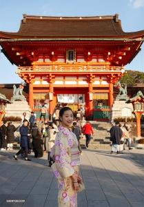 Danseres Pamela Du poseert voor de Fushimi Inari-taisha Shrine in Kyoto.