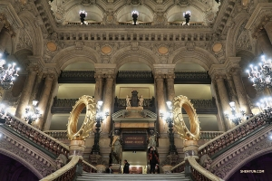 Photo du grand escalier du Palais Garnier, à Paris. (Photo de la joueuse d'erhu Linda Wang)<br />