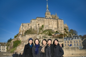 Les danseurs de la Shen Yun International Company devant le Mont Saint-Michel. (Photo de la projectionniste Annie Li)<br />