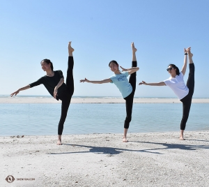 Plus on est de fous, plus on rit ! Les danseuses Emily Pan, Jiayuan Yang et Zoe Jin (de G à D) profitent ensemble de la plage (photo de Kaitlyn Chen)<br />