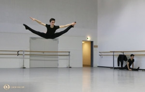 Dancer Peter Kruger practices a traveling straddle leap (xing-jin-shuang-fei-yan) before one of four performances in Geneva. (Photo by Nick Zhao)