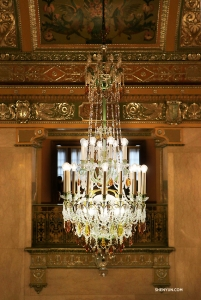 In Pittsburgh, Pennsylvania, Shen Yun Touring Company's Kaidi Wu admires the ornate chandelier in the lobby of Benedum Center for the Performing Arts. (Photo by Principal Dancer Kaidi Wu)
