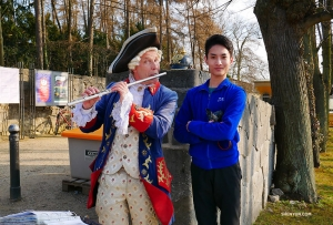 Dancer Stanley Lin meets a flute-playing Fredrick the Great look-alike on the palace grounds. (Photo by Tony Zhao)