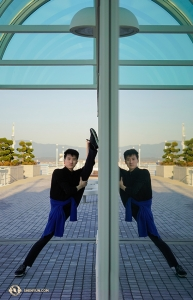 Dancer Ziyuan Fu attempts to double his stretching efficiency. (Photo by Johnny Cao)