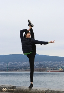 Dancer Yinian Chen along the waterfront. (Photo by Kaidi Wu)
