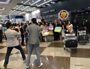 Upon arriving at the airport in Kaohsiung, Taiwan, conductor Milen Nachev finds himself surrounded by fans. The Taiwanese leg of the tour is about to begin.