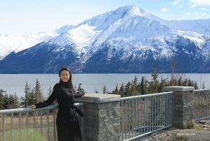壮麗な景観に包まれ、新鮮な空気を吸い込む司会者のナンシー・ジャン。(撮影:ダンサー、チュンコ・チャン)