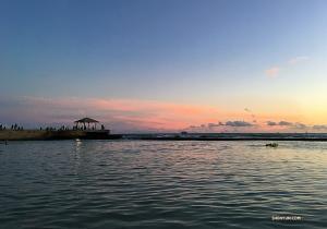 舞蹈演員王南希在著名的Waikiki海灘欣賞日落時拍攝的美景。