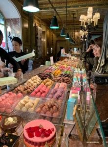店頭にはお菓子がカラフルに並べられていた。