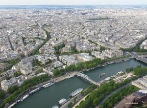 エッフェル塔から反対を見下ろすと、セーヌ川が見える。凱旋門がどこにあるか分かるかな?