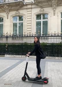 より効率よく観光しよう、とスクーターでパリを巡るプリンシパル・ダンサーのミシェル・リェン。