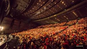 Ostatni widzowie podczas ostatniego występ w ostatnim mieście na trasie światowego tournée Shen Yun w roku 2019. Paryż, Palais des Congres de Paris