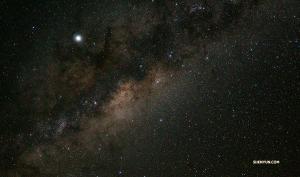 <p>소금사막은 밤에 더 아름답다고 하네요. 하늘을 가로지르는 은하수도 볼 수 있다니까요!</p>