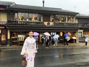 主持人銀蓮漫步在通往京都嵐山竹林的古風小街。