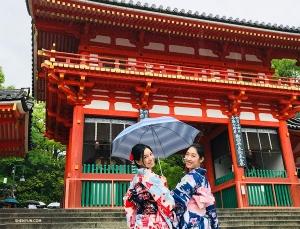 下一站,日本文化體驗之旅!圖為騰安娜(左)和魏佳聞(右)著和服參觀八阪神社。
