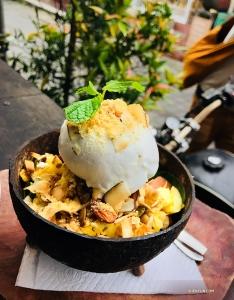 巴釐島盛產椰子—圖為當地有名的椰子冰淇淋。(攝影:魏佳聞)