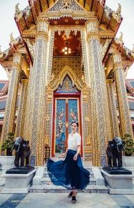 ダンサーのミシェル・ウー。タイのバンコクにある寺院、ワット・ラーチャボピットで。
