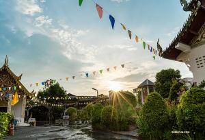 日没近くにチェンマイ寺院の近くで足を止める。(撮影:ミシェル・ウー)