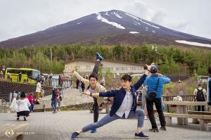 富士宮五合目から山頂を目指す兄弟。