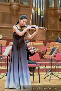 La virtuose du violon Fiona Zheng à l'écoute du meilleur son au National Concert Hall.