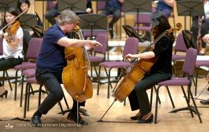 Pemain cello Aleksander Dardykin dan Yu-Chien Yuan, sedang berdiskusi masalah pegangan busur.