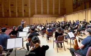 Selanjutnya, Shen Yun Symphony Orchestra akan berangkat menuju Pingtung. Sebuah foto saat latihan, diambil dari bagian cello.
