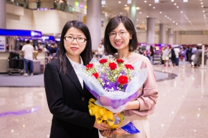 Violin soloist Fiona Zheng gifted with a pretty bouquet of flowers.