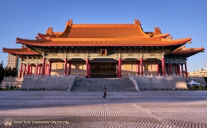 Pemberhentian berikutnya-Taipei National Concert Hall. Dibangun dengan gaya istana Tiongkok tradisional, gedung ini adalah salah tempat prestisius sekaligus bangunan ikonik utama di Taipei.