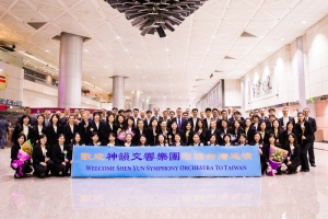 Welcome to Taiwan! Shen Yun Symphony Orchestra poses for a group photo at the airport before getting on the bus.