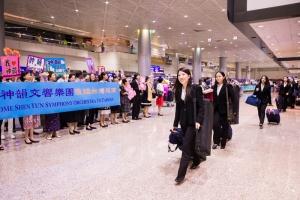L'Orchestra Sinfonica di Shen Yun arriva all'aeroporto internazionale di Taoyuan, a Taiwan.